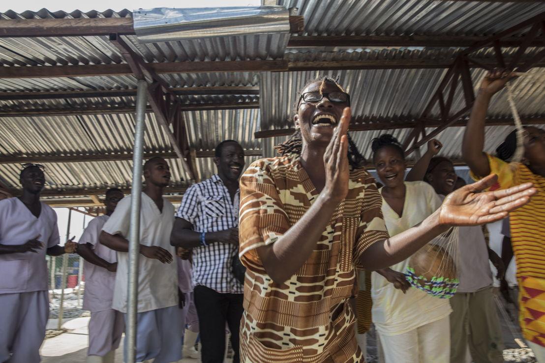 © Anna Surinyach<br/>Bentu Sandy, un survivant d'Ebola qui travaille maintenant pour MSF à Bo, en  Sierra Leone, célèbre en décembre la sortie d'Agustine. Aujourd'hui guéri, Agustine est un pharmacien qui a été infecté par Ebola en tentant de lutter contre la maladie.