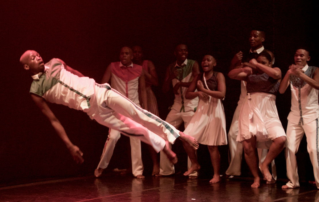 Lusindiso Dibela and dancers of Indoni Dance Academy in Ikhaya, photo Robin Elam-Rye