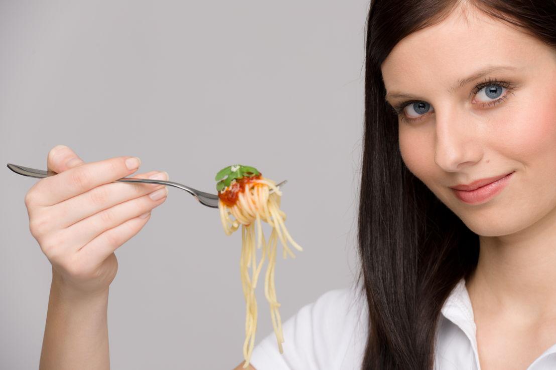 Ragazza con forchetta spaghetti