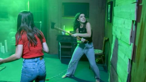 Screamqueens Olga en Charlotte proberen te ontsnappen uit de horrorkamer