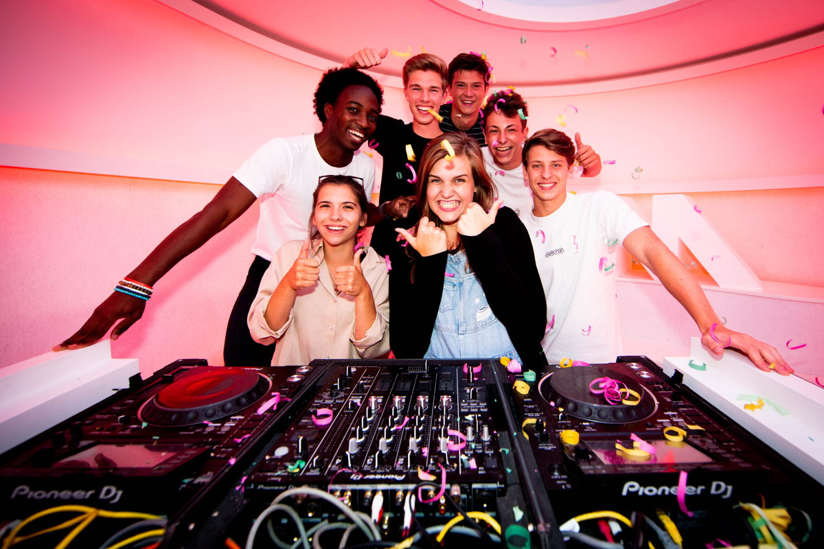 MNM-dj Laura Govaerts met de finalisten van MNM Start To DJ 2019