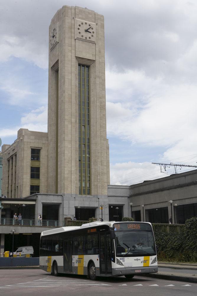 Een bus van De Lijn vertrekt aan het Brusselse Noordstation.