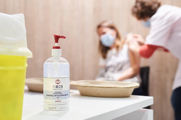 Preview: 75.000 liter handgel om Vlaamse vaccinatiecentra klaar te stomen voor het grote publiek