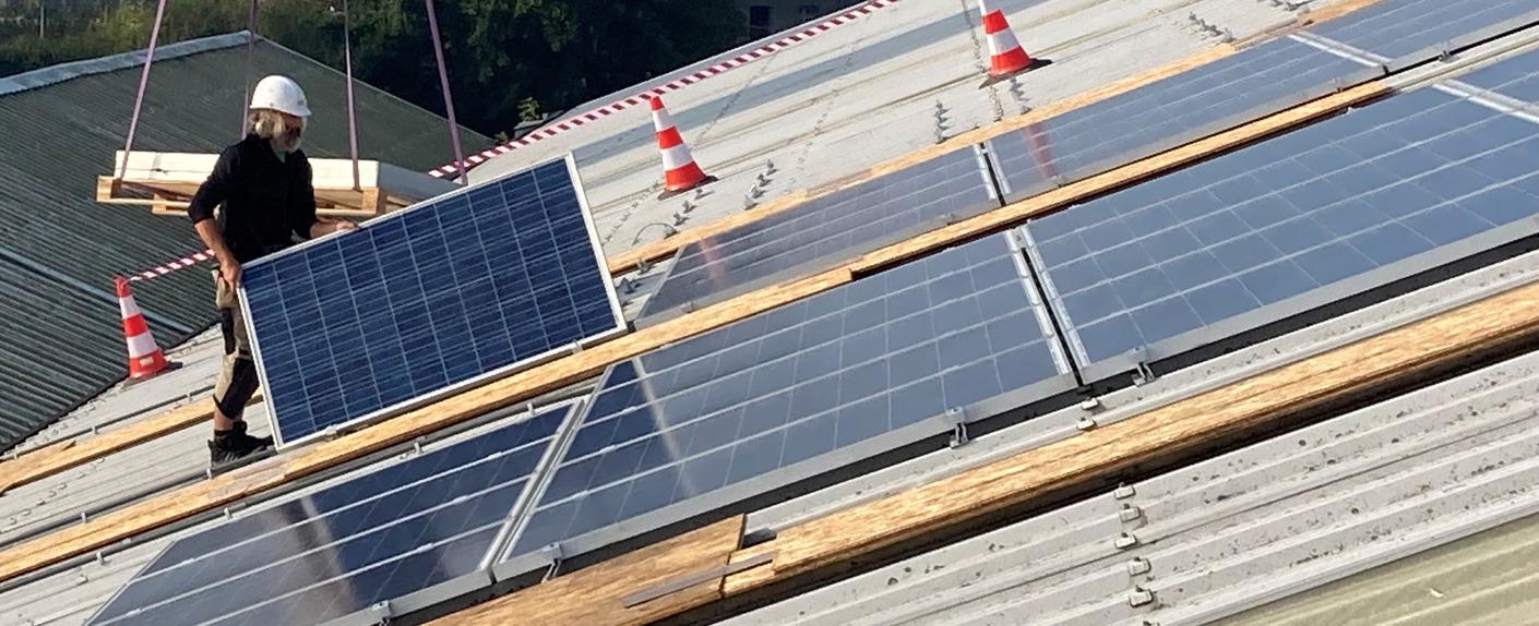 Energieproducent Eneco schenkt 35 zonnepanelen aan de kringloopwinkel in Willebroek