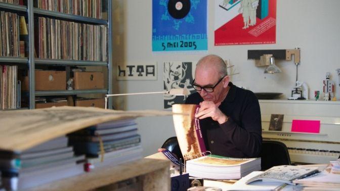 Joost Swarte kijkt in het Canvasconnectie-album - (c) VRT