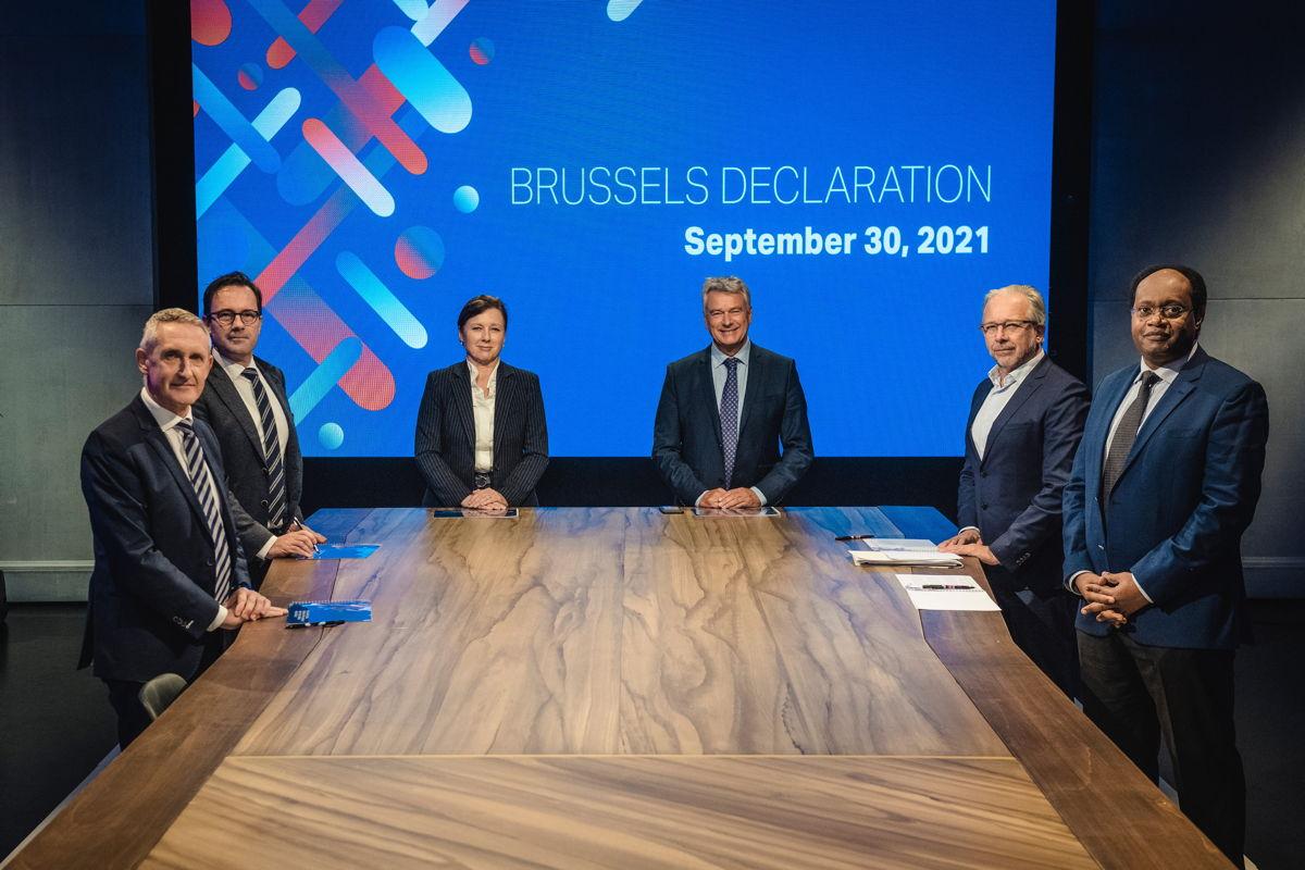 De Brussels Declaration wordt getekend, van links naar rechts: Jean Philip De Tender (EBU), Frederik Delaplace (VRT), Věra Jourová (Europese Commissie), Patrick Penninckx (Raad van Europa), Jean-Paul Philippot (RTBF) en Ernest Sagaga (International Federations of Journalists)