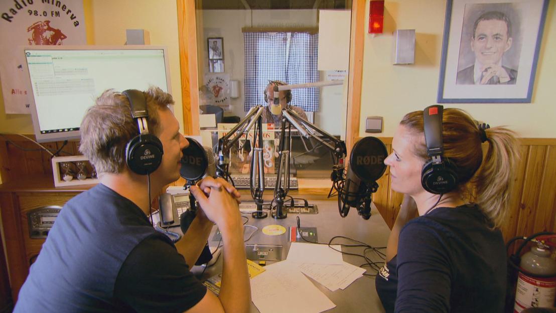 Karen en James nemen de radiogolven over bij Radio Minerva...