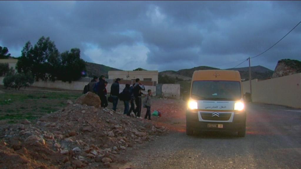 Karrewiet in Marokko - aflevering 2 (6.4) : Achraf wacht samen met de andere kinderen op de schoolbus - (c) VRT