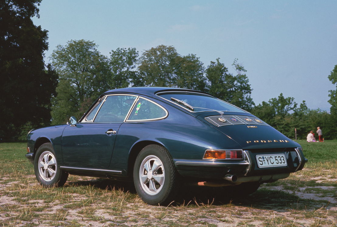 1966. En cuarto trimestre, Porsche presenta una versión mejorada del 911 con el modelo 911 S