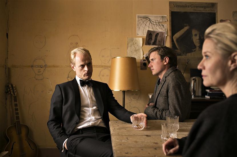 Carsten Björnlund als Frederik Grønnegaard, Mikkel Boe Fölsgaard als Emil Grønnegaard en Trine Dyrholm als Gro Grønnegaard - (c) VRT / Lumière