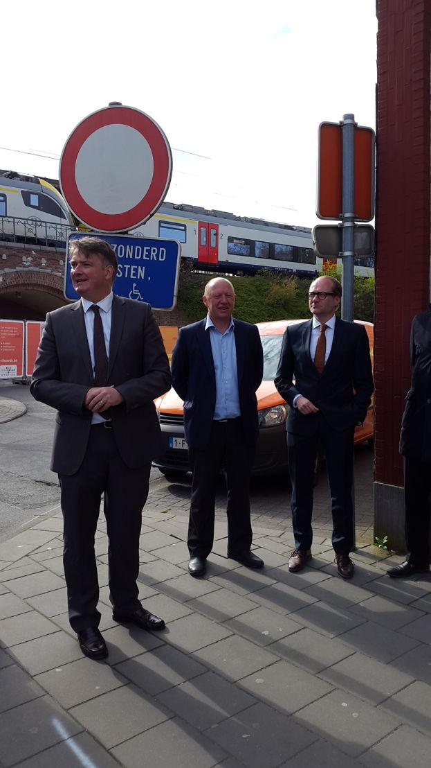 Vlaams minister van Mobiliteit Ben Weyts, Burgemeester van Vilvoorde Hans Bonte en directeur De Lijn Vlaams-Brabant Johan Van Looy