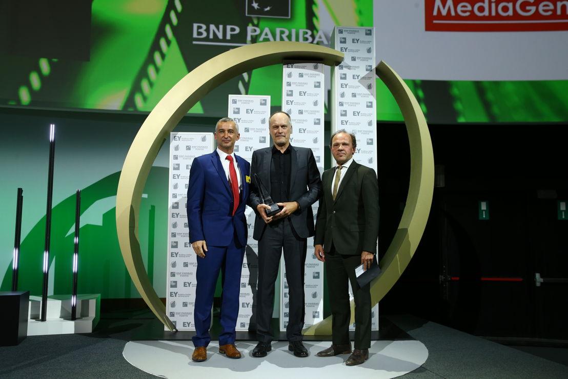 Dirk Debraekeleer, CEO MediaGeniX, ontvangt de award 'Prijs van de Vlaamse Regering voor de Beloftevolle Onderneming van het Jaar' 2016 van Minister Philippe Muyters © Frederic Blaise