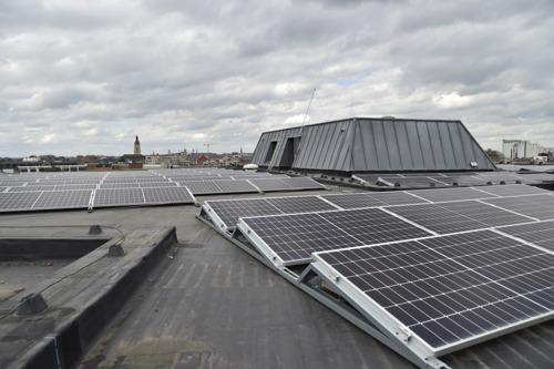 Les toits du centre culturel « De Spil » à Roulers équipés de panneaux solaires par Luminus