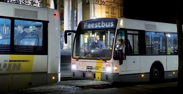 Een van de  205 feestbussen en -trams die feestvierders veilig thuis brengen tijdens oudejaarsnacht.