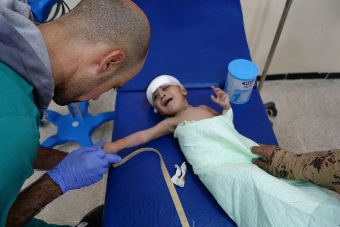 국경없는의사회 의료진이 이마에 파편을 맞은 아기를 치료하고 있다. [Jacob Kuehn/국경없는의사회]