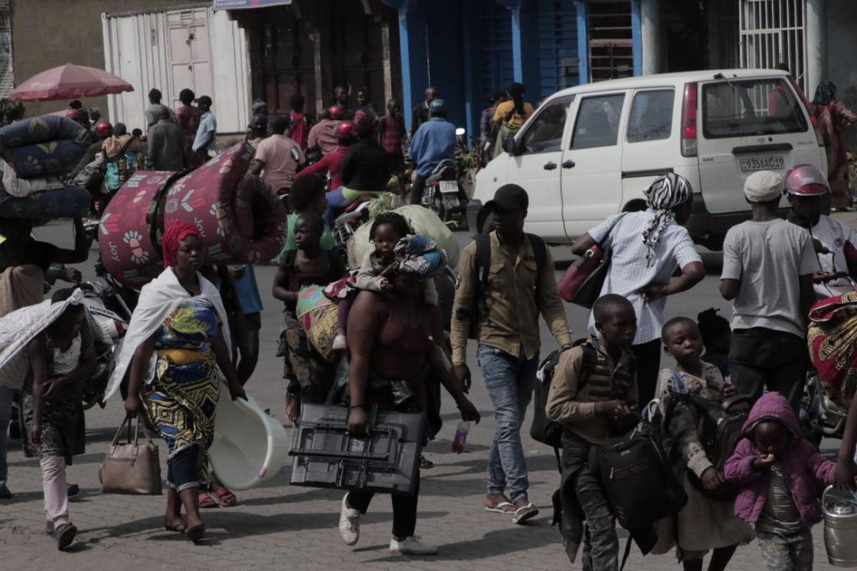 En la carretera de Afya Bora, algunos habitantes de Goma dejan sus barrios y casas para buscar refugio en Sake. Crédito: Yves Ndjadi/MSF