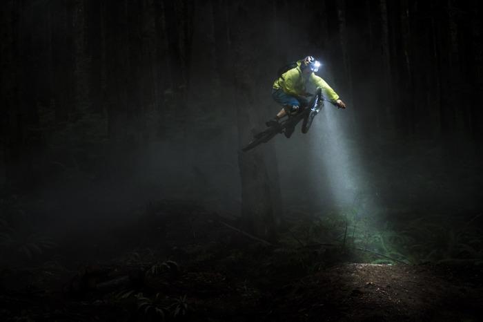 Ledlenser à la recherche du moment suprême à vélo pour sa nouvelle campagne