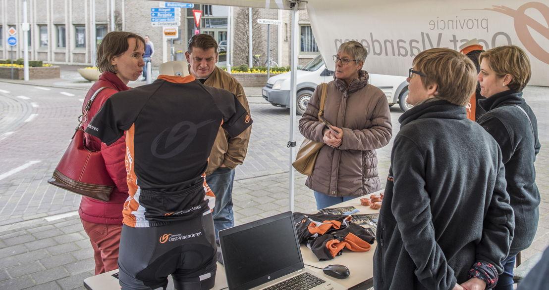 De eerste 3 inwoners van een dorp van de Ronde staan al klaar om een gratis wieleroutfit te winnen.