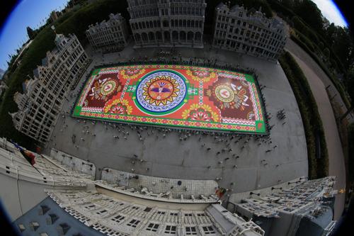 Primeur: le traditionnel mini Tapis de Fleurs orne déjà la Grand-Place de Bruxelles à Mini-Europe