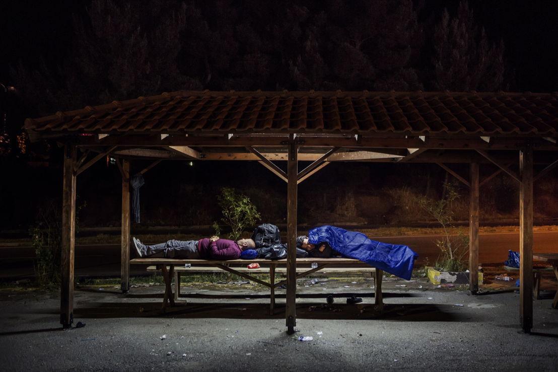 Idomeni. Grèce. Des Syriens dorment sous un abri dans une station-service à quelques kilomètres de la frontière macédonienne.