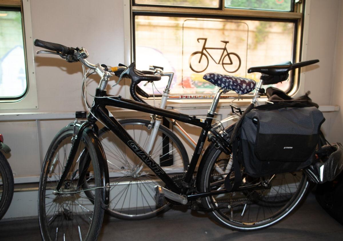Op de treinen naar de kust en de ardennen is extra plaats gemaakt voor fietsen. © NMBS