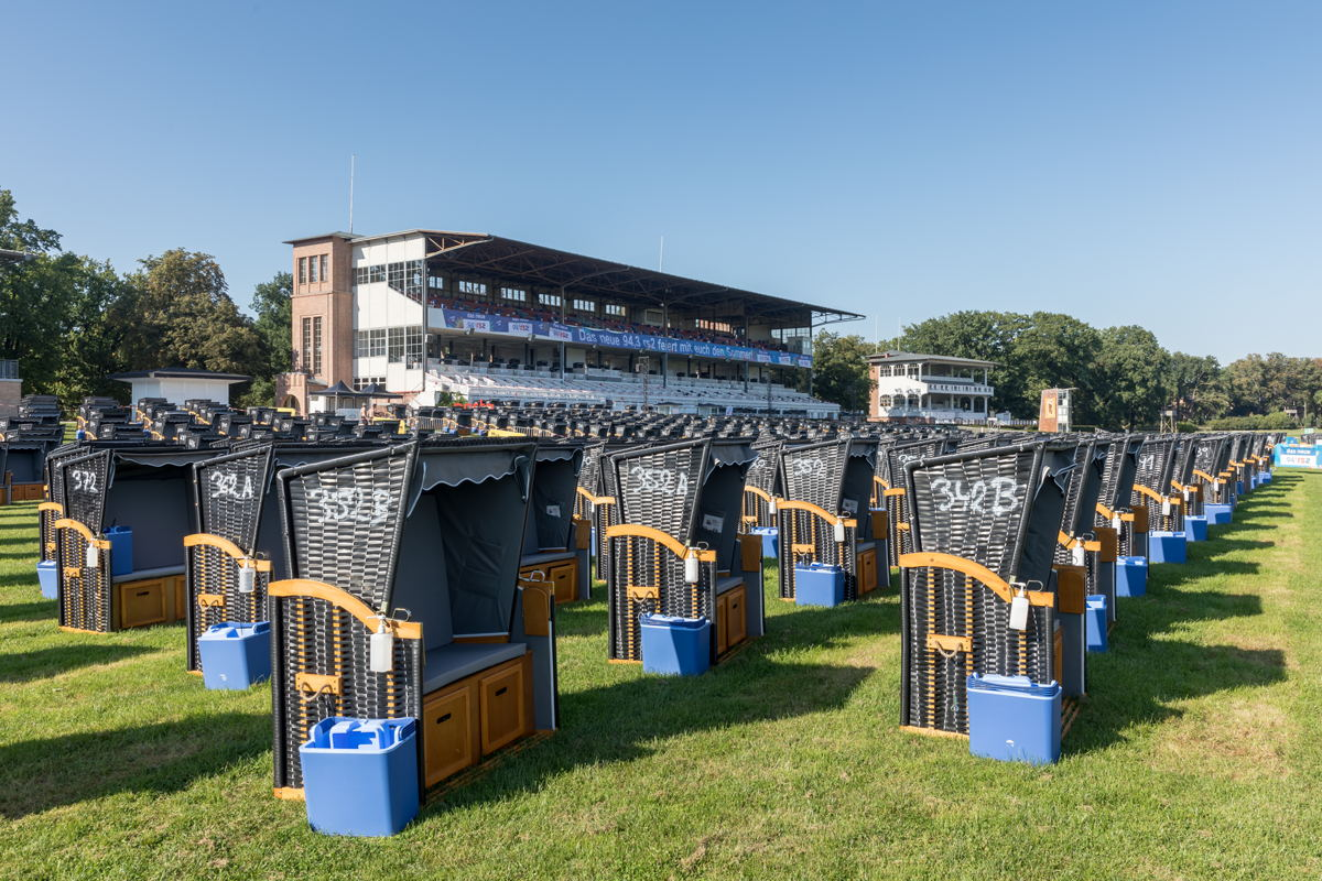 Around a thousand beach chairs were set up to accommodate the Gentleman fans at the Hoppegarten nature reserve