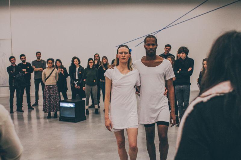 Jimmy Robert, A clean line that starts from the shoulder.<br/>Performance de Jimmy Robert avec Gala Moody au M - Museum Leuven, 19 novembre 2015<br/>Photo (c) Joeri Thiry