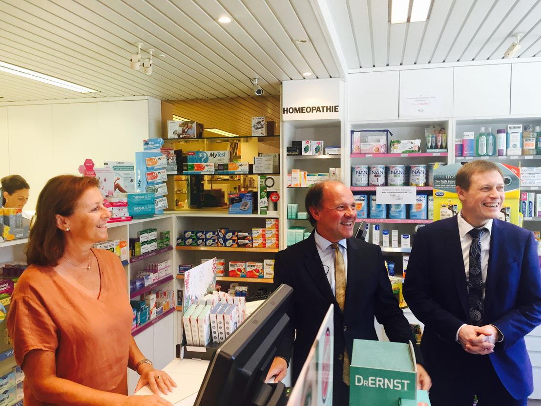 Minister Muyters op bezoek bij apotheker die in aanmerking komt voor de hinderpremie