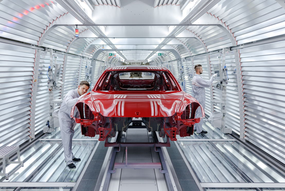 The Panamera runs through the light tunnel (Paint Shop)