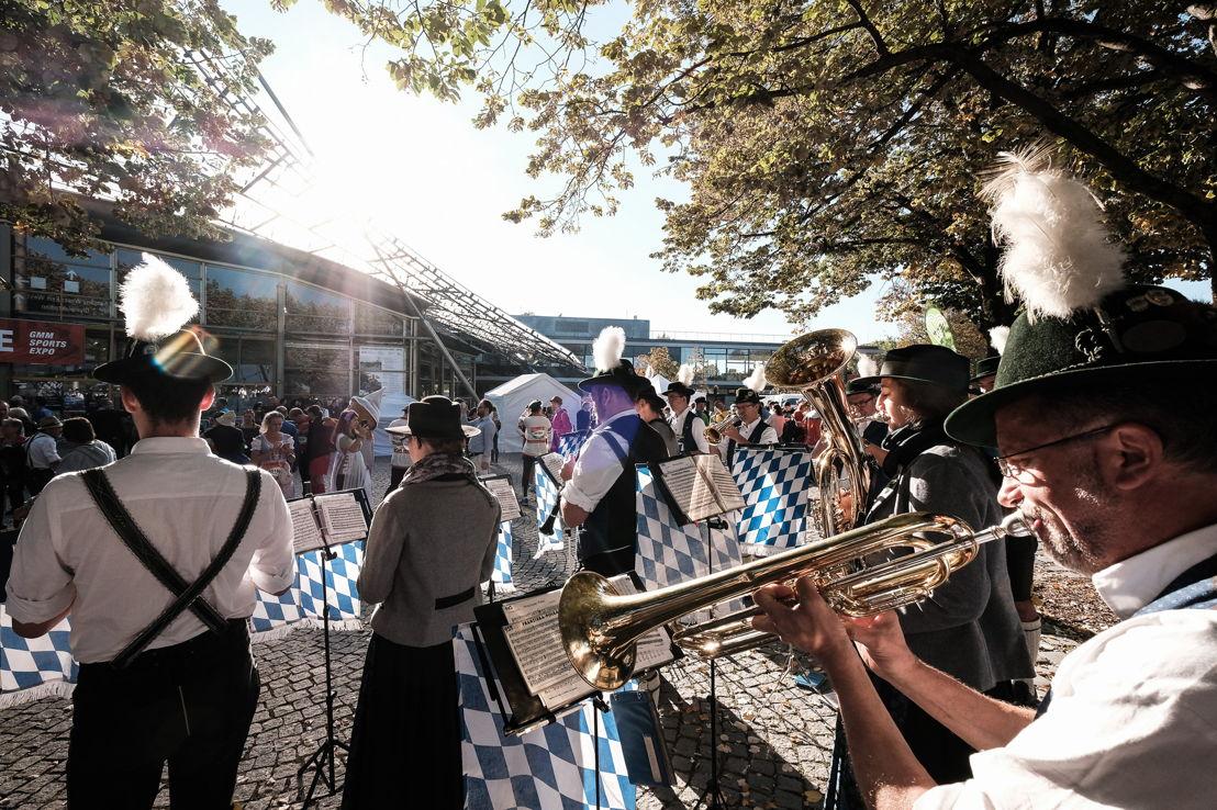 Die Trachtenläufer wurden von traditioneller bayerischer Musik begleitet