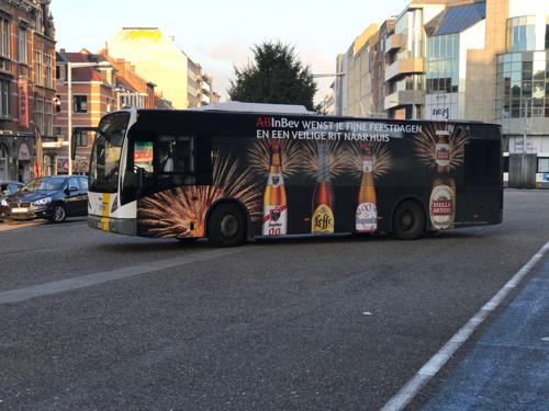 AB InBev decoreert Leuvense stadsbus en voorziet extra feestbussen