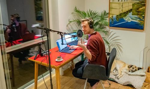 Qmusic-dj Sam De Bruyn preventief in quarantaine en presenteert ochtendshow mee van thuis