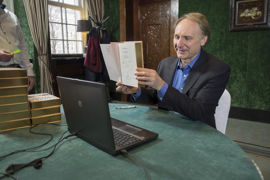 Amerikaanse auteur Dan Brown signeert online voor bol.com en DDB.