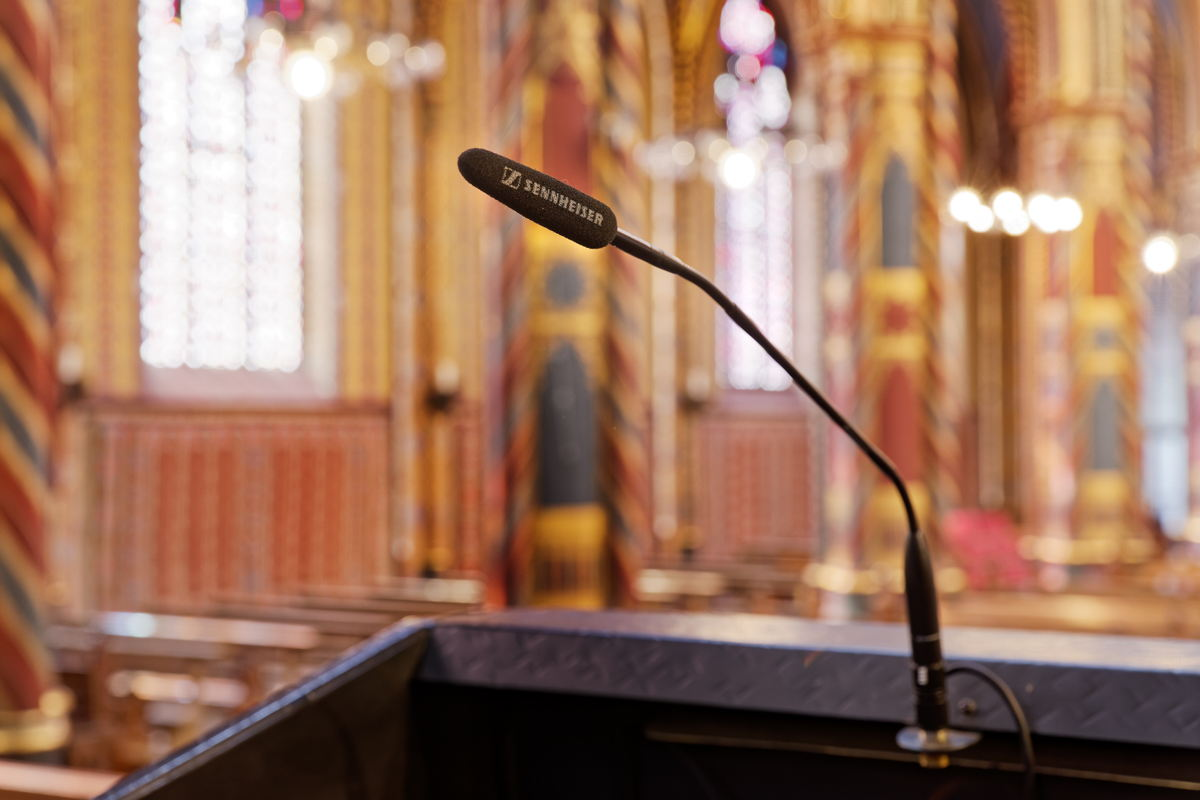 Sennheiser ME 36 an biegbaren MZH Schwanenhälsen sind an verschiedenen Positionen im Kirchenschiff installiert