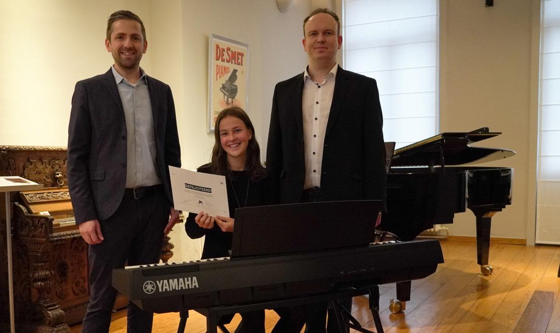 Aline (17) uit Geel wint pianowedstrijd NMBS