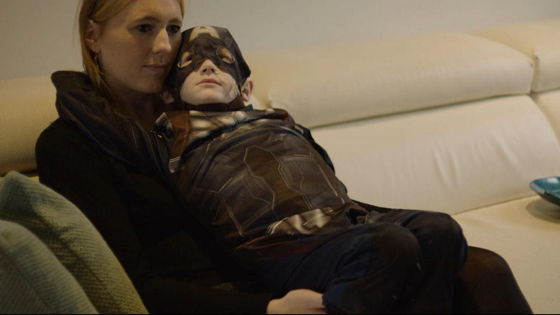 Superheld Ylian en zijn mama Lesley - (c) Lionheart Productions