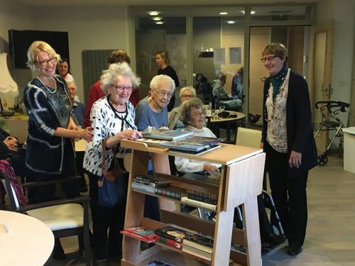 Medewerkers Leffe bezoeken Brugse ouderen en lanceren zo campagne tegen eenzaamheid