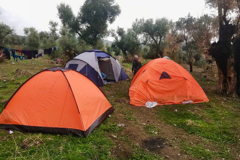 Les températures se refroidissent chaque jour un peu plus et les personnes n'ont pas d'autre choix que de dormir dans des tentes d'été dans le camp de Moria © MSF