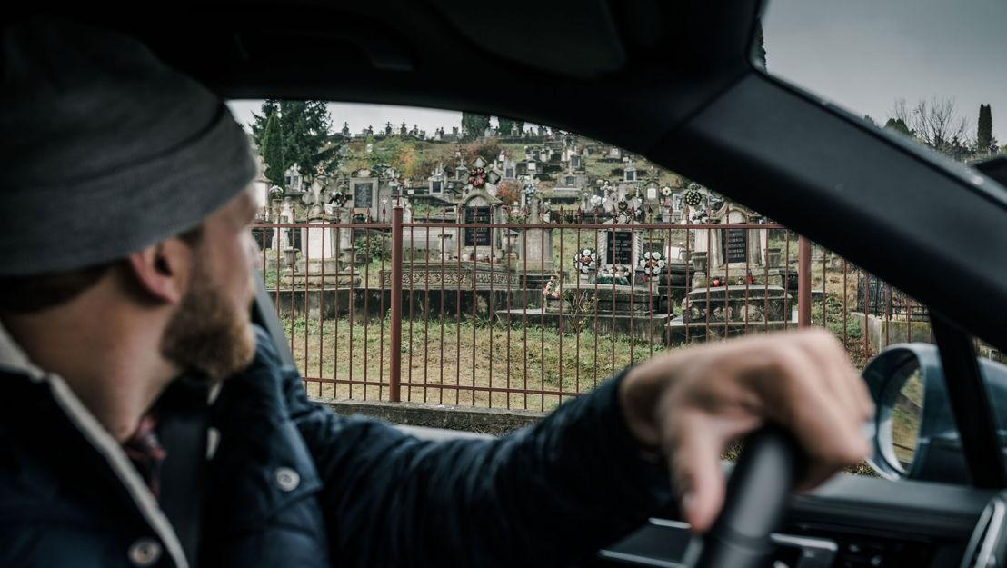 Sebastian conduce un Porsche Cayenne S por los caminos, a menudo baches, de Transilvania.