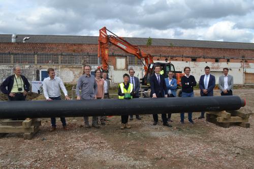 Provinciegouverneur Cathy Berx legt eerste buis van coöperatief warmtenet op Minerve-site