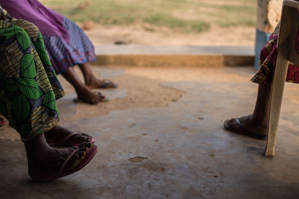 Supervivientes de violencia sexual en Salamabila esperan en la consulta para una entrevista © Carl Theunis/MSF