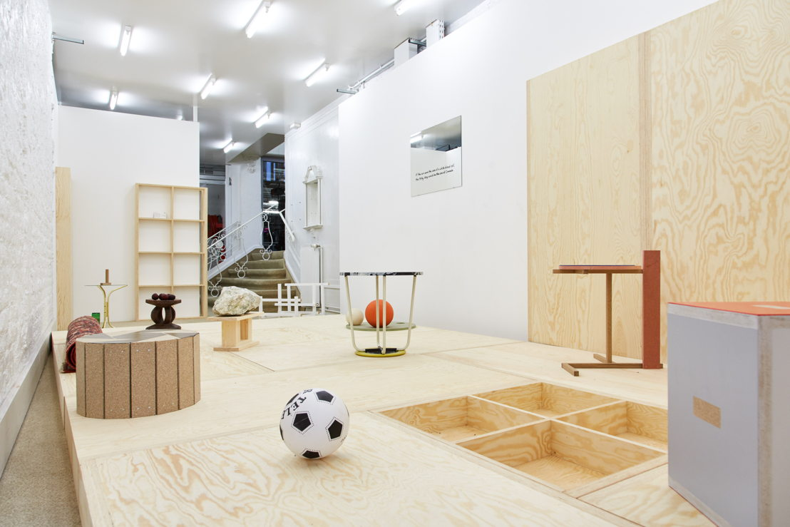 'Living Room' (carpet and objects that could function as a stool or a coffee table when they're not a sculpture) Hans Demeulenaere, en de spiegel 'If the Sun Were the Size of a Red Blood Cell, the Milky Way Would Be the Size of Canada' (text on mirror) Emi Kodama