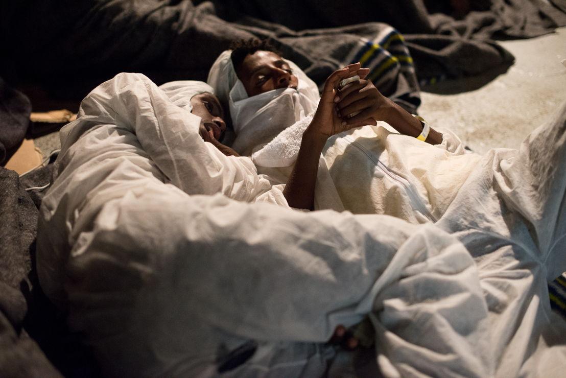 Des réfugiés dorment sur le pont de l'Aquarius, en compagnie de 720 autres personnes sauvées en mer la veille. Le 3 octobre, les trois bateaux de MSF ont été impliqués dans le sauvetage de près de 2000 personnes au large des côtes libyennes. © Fabian Mondl
