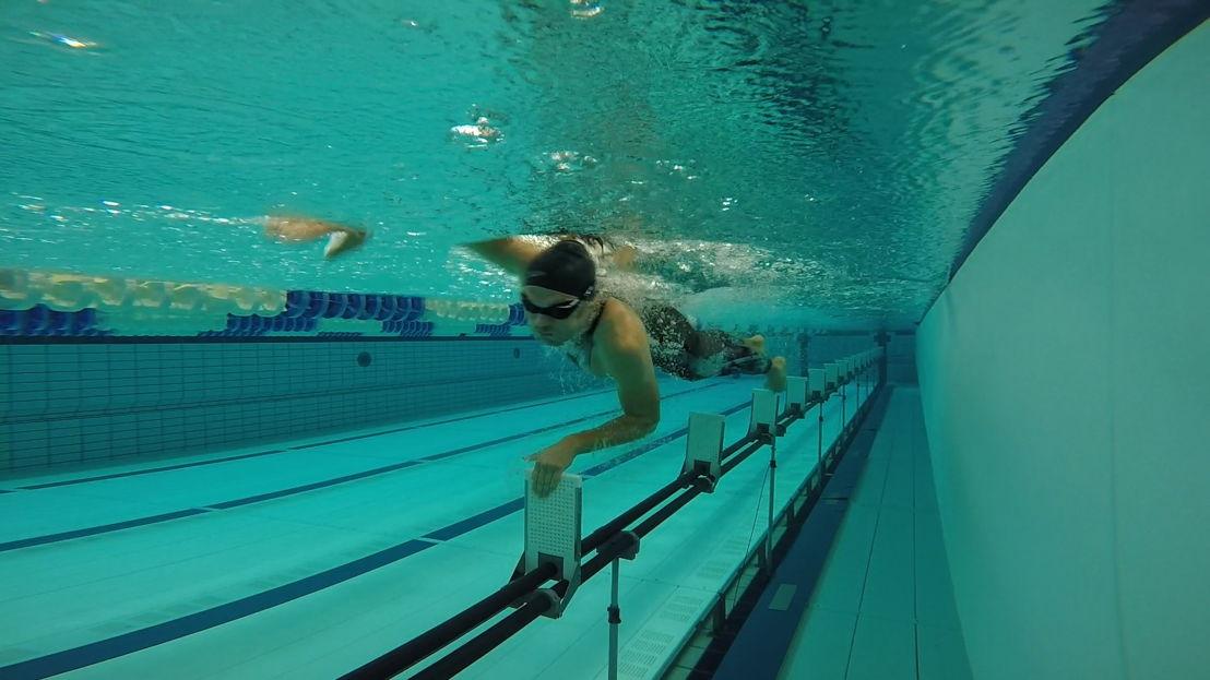 Zwemmen: Maarten test een polyurethaanpak in het water - (c) De Mensen