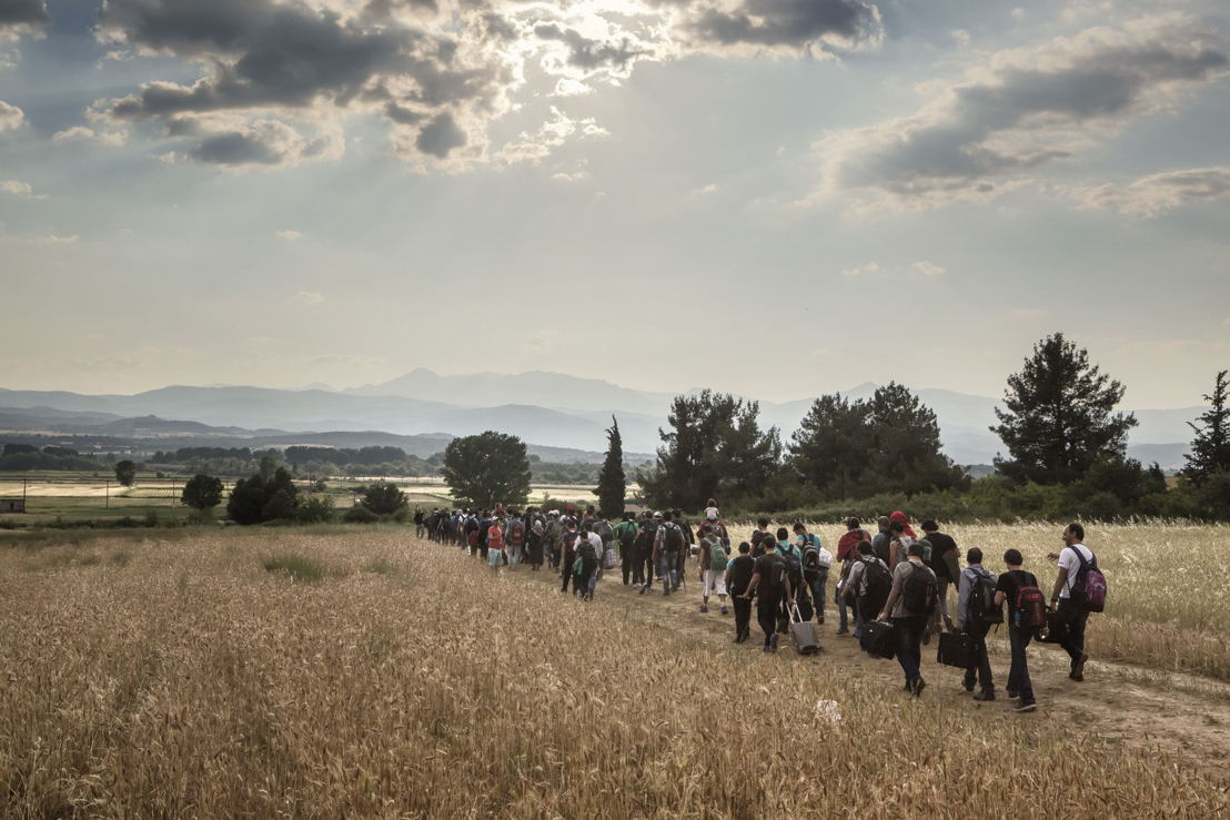 Un groupe d'environ 150 Syriens sont en route pour la frontière macédonienne avec l'espoir de pouvoir obtenir le statut de réfugié dans des pays comme l'Allemagne ou la Suède. La frontière entre la Grèce et la Macédoine est de plus en plus sous le contrôle de passeurs et est de moins en moins sûre chaque jour. Les migrants essaient donc de traverser la frontière en groupe pour pouvoir se défendre de toute exaction.