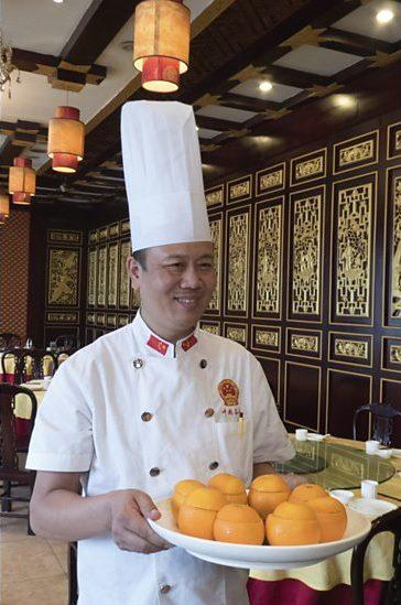 Chinese chef-kok met recept middeleeuws kookboek - (c) BBC Worldwide