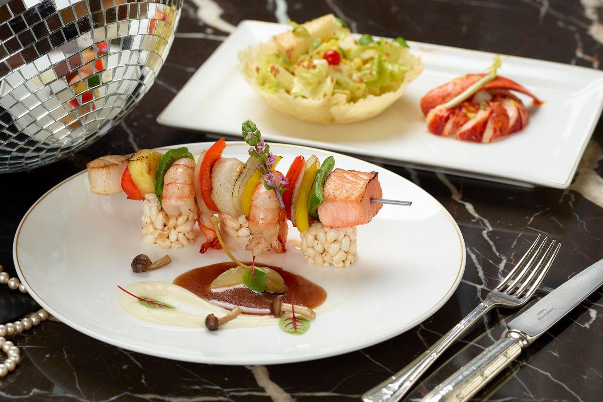 Brochetas de mariscos con arroz crujiente y salsa meunière