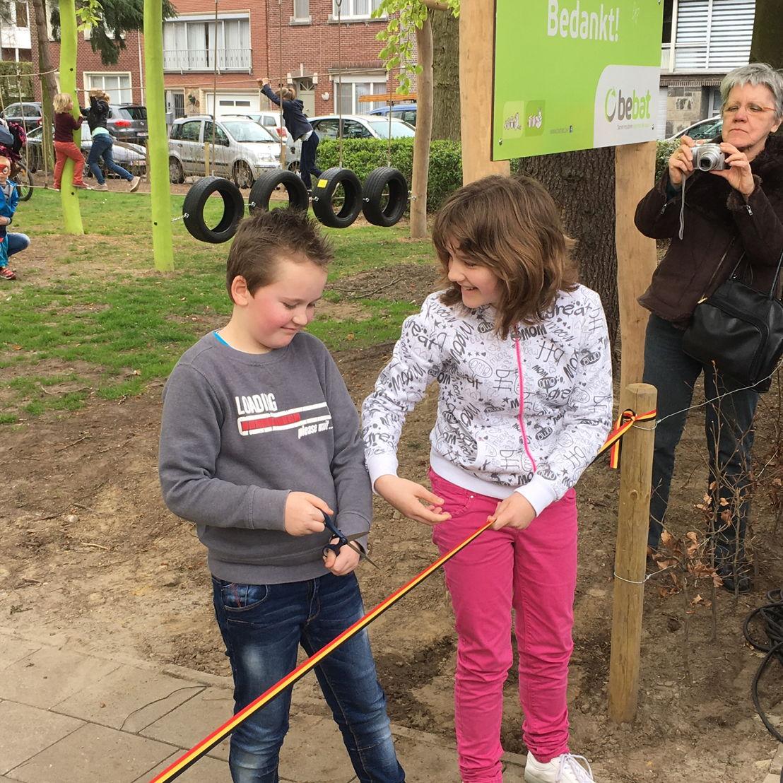 Gwendolyne en Connor Willems, twee creatievelingen die de naam voor het speelplein bedachten en als winnaars uit de bus kwamen van de naamwedstrijd