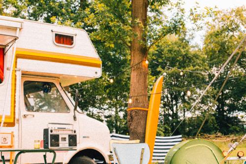 Studio Brussel lanceert Camping Belgica: de beste zomertunes volledig op groene energie