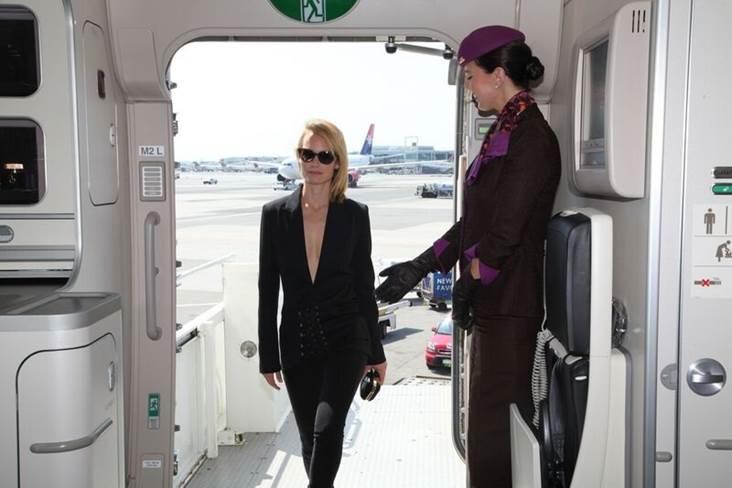Supermodel Amber Valletta wordt door de cabin crew van Etihad Airways welkom geheten aan boord.